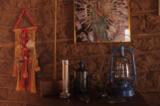 Fotografia de Paola Valera. Foco de 4 baterías, planchas de carbón, lámpara de petroleo de los años 20. Imagen de la Virgen del Rosario, Patrona de Valledupar